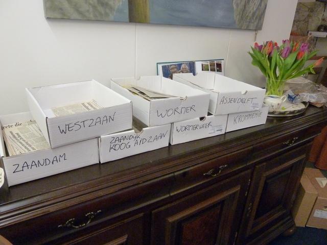 Sorteerbakjes voor krantenknipsels in De Cacaoboom in Zaandijk.