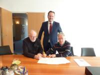 Onder toeziend oog van Mr. M.S. ten Brinke van het Notariskantoor Van Baal ondertekenen Paul Vreeken en Hessel Kraaij de akte van oprichting van de vereniging Historisch Zaandam.